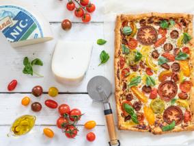 Plaattaart van tomaten en geitenkaas